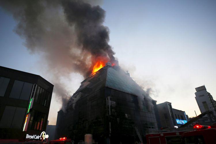 Api terlihat membumbung dari gedung delapan lantai di Jecheon, Korea Selatan, pada Kamis (21/12/2017). Lebih dari 20 orang tewas setelah gagal menyelamatkan diri.