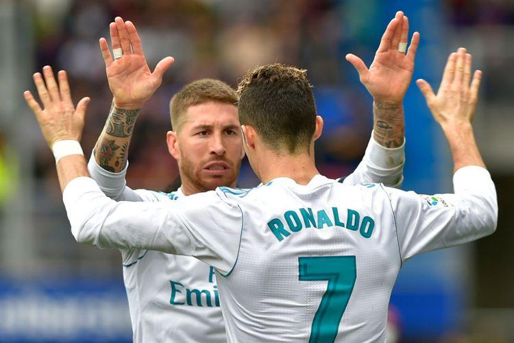 Cristiano Ronaldo bersama Sergio Ramos merayakan gol Real Madrid ke gawang Eibar pada pertandingan La Liga Spanyol di Stadion Ipurua, Sabtu (10/3/2018).