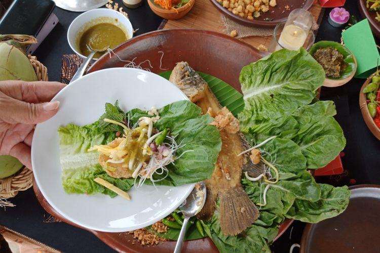 Menyantap Kuliner Indonesia dengan Pemandangan Gunung Geulis di Bogor