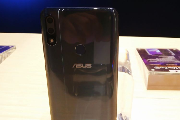Di punggung ponsel, terdapat dua buah kamera yang masing-masing beresolusi 12 megapiksel dengan bukaan f/1,8 dan 5 megapiksel kamera depth sensor guna mode portrait.
