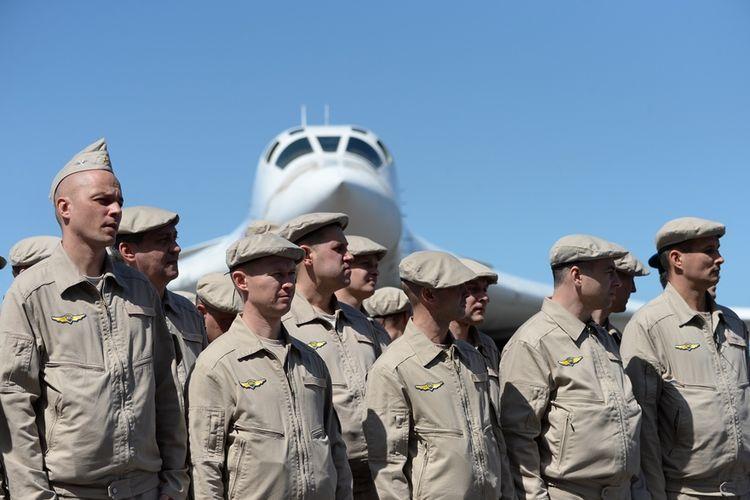 Personel Angkatan Udara Rusia sesaat setelah tiba di bandara Venezuela bersama dua pesawat pembom strategis Tupolev-160, pada Senin (10/12/2018).