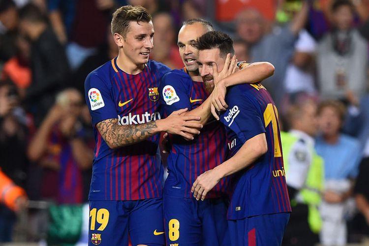Lucas Digne, Andres Iniesta, dan Lionel Messi merayakan gol Barcelona ke gawang Malaga pada pertandingan Liga Spanyol di Camp Nou, Sabtu (21/10/2017).