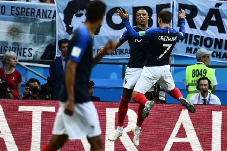 Kylian Mbappe dan Antoine Griezmann merayakan gol Perancis ke gawang Argentina pada laga 16 besar Piala Dunia 2018 di Kazan Arena, 30 Juni 2018.