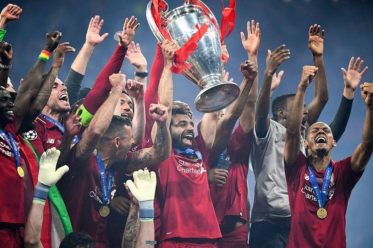 Pemain Liverpool Mohamed Salah (tengah) mengangkat trofi dikelilingi rekan setimnya usai melawan Tottenham Hotspur pada final Liga Champions 2019 di Stadion Wanda Metropolitano, Madrid, Sabtu (1/6/2019) atau Minggu dini hari. Liverpool menjadi juara Liga Champions 2018-2019 setelah mengalahkan Tottenham Hotspur 2-0.