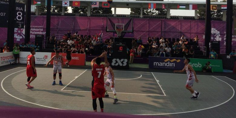 Tim 3x3 basket putra Indonesia melawan Vietnam pada pertandingan Grup A Asian Games 2018.