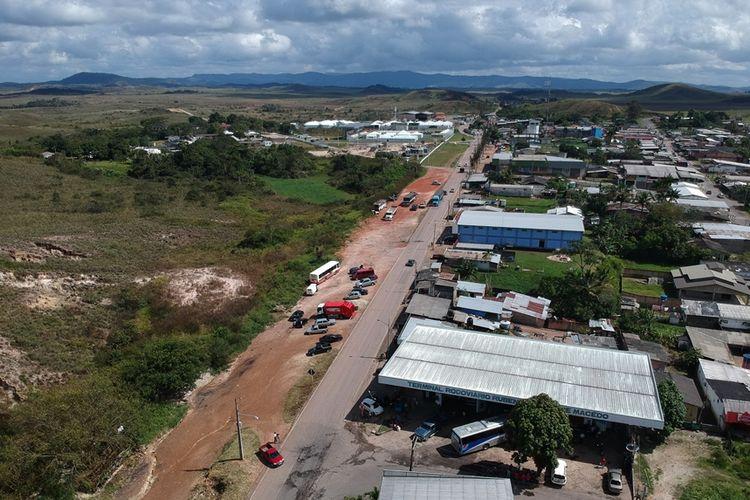 Foto udara memperlihatkan ruas jalan BR-174 yang menghubungkan kota perbatasan Santa Elena de Uiaren di Venezuela dengan Pacaraima, negara bagian Roraima, Brasil.