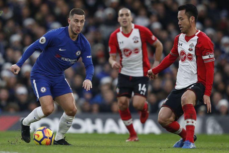 Eden Hazard dibayang-bayangi Maya Yoshida saat Chelsea menjamu Southampton pada pertandingan Premier League di Stamford Bridge, Sabtu (16/12/2017).