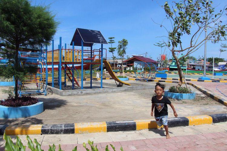 Seorang anak bermain di kampung nelayan Tegalsari.
