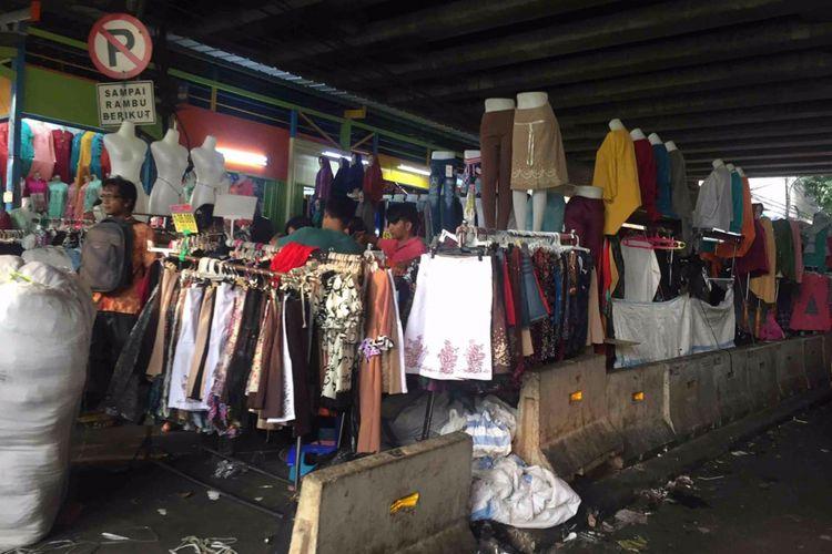 Pedagang kaki lima okupasi trotoar di sepanjang Blok F, Pasar Tanah Abang, Jakarta Pusat, Kamis (31/5/2018).