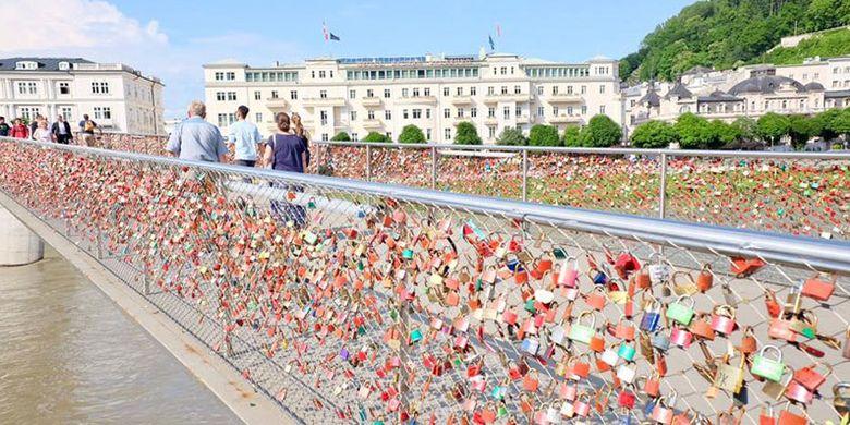 Mozart foot bridge di Salzburg, Austria. Salzburg memang terkenal sebagai salah satu tujuan wisata populer di Austria.