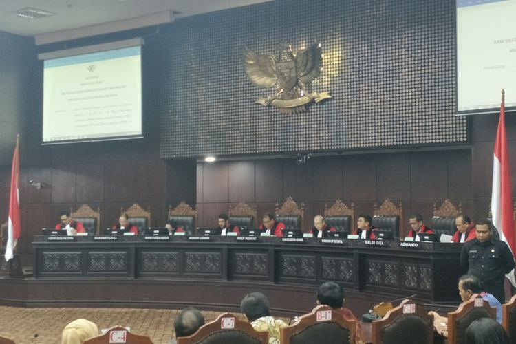 Suasana sidang pleno di gedung Mahkamah Konstitusi, Jakarta Pusat, Kamis (14/12/2017). MK mengabulkan permohonan uji materi Pasal 153 Ayat 1 huruf f Undang-Undang Nomor 13 tahun 2003 tentang Ketenagakerjaan (UU Ketenagakerjaan).  Permohonan tersebut diajukan oleh delapan pegawai swasta, yakni Jhoni Boetja, Edy Supriyanto Saputro, Airtas Asnawi, Syaiful, Amidi Susanto, Taufan, Muhammad Yunus, dan Yekti Kurniasih.  Dengan adanya putusan MK tersebut, maka sebuah perusahaan tidak bisa menetapkan aturan yang melarang karyawannya untuk menikah dengan teman satu kantornya.