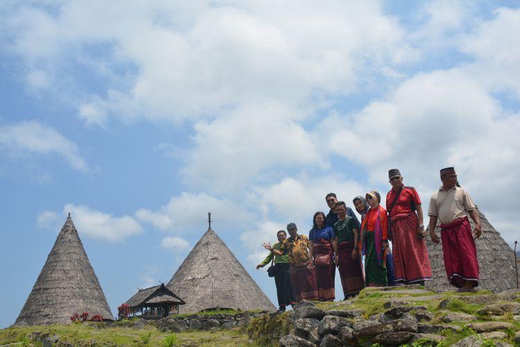 Para Dosen Universitas Bina Nusantara Jakarta, Oktober 2018 mengabadikan kunjungan mereka di perkampungan tradisional Todo di Kabupaten Manggarai, NTT, dengan latar belakang Mbaru Niang Todo.
