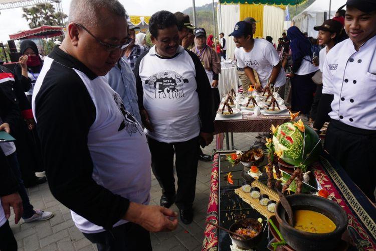 Bupati Bantul, Suharsono saat Mencoba Sate Klatak di Festival Sate Klatak di Parangkusumo, Bantul, DI Yogyakarta, Minggu (18/11/2018).