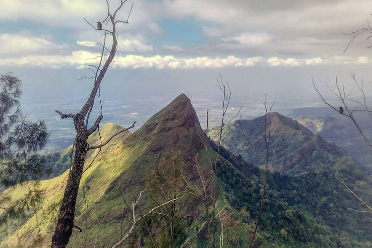 Puncak Piramid dari Gunung Saeng