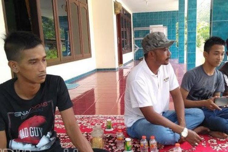 Para tetangga memberikan dukungan moril terhadap kedua anak almarhum Mochammad Zaini, Senin (19/3/2018).