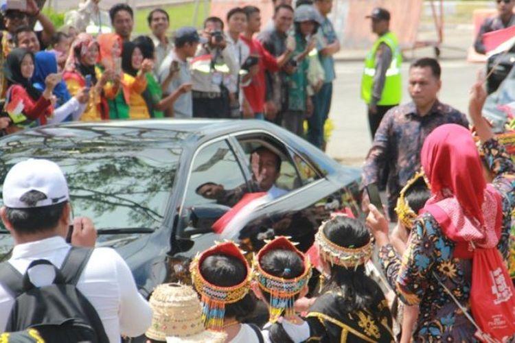 Ribuan murid dan pelajar di Tanjung Selor menyambut iring-iringan Presiden Joko Widodo dalam kunjungannya ke Tanjung Selor, Kabupaten Bulungan, Provinsi Kalimantan Utara, Jumat (6/10/2017).