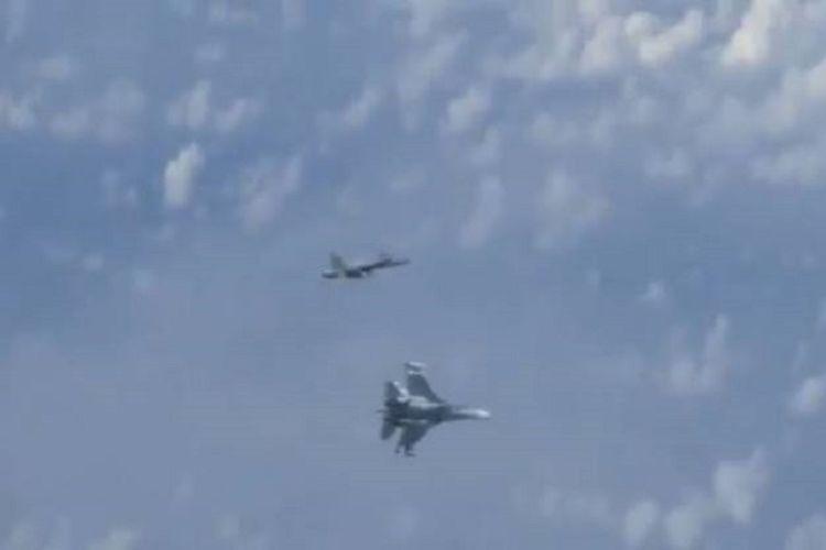 Gambar video menunjukkan jet tempur Sukhoi Su-27 milik Rusia mencegat jet tempur NATO di Laut Baltik. Jet tempur Su-27 itu dilaporkan mengawal pesawat yang mengangkut Menteri Pertahanan Sergey Shoigu ke Moskwa Selasa (13/8/2019).