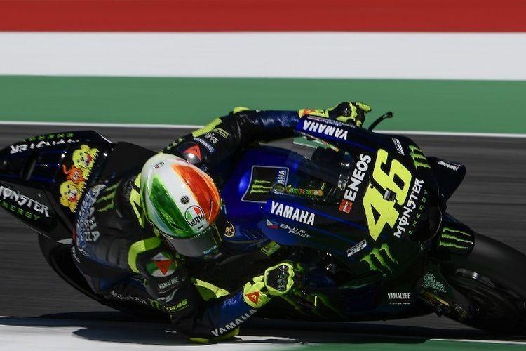 Pebalap Yamaha, Valentino Rossi, memacu motornya pada sesi latihan bebas MotoGP Italia di Sirkuit Mugello, 1 Juni 2019.