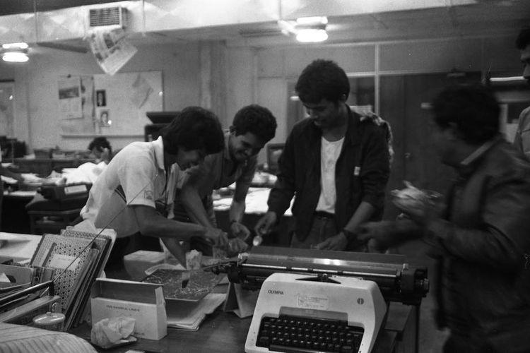 Suasana kerja di Redaksi Harian Kompas pada 11 Februari 1988.