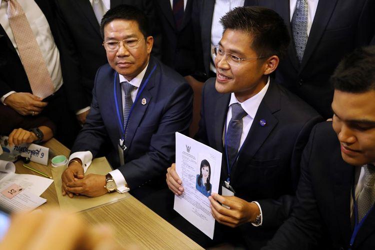 Pejabat partai Thai Raksa Chart saat mendaftarkan Putri Thailand Ubolratana Rajakanya sebagai kandidat perdana menteri, Jumat (8/2/2019).