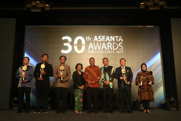 Menteri Pariwisata Arief Yahya, Deputi Presiden ASEANTA SAM Cheah, dan Secretary General of ASEANTA Margaret Heng menemani para pemenang The 30th ASEANTA Awards for Excellence 2017, di Jakarta, Selasa (8/8/2017).