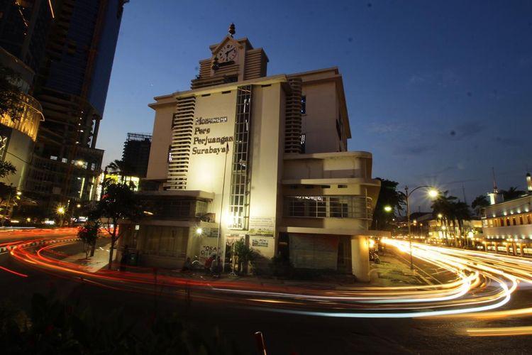Suasana malam hari di wilayah Tunjungan, Surabaya.
