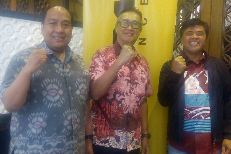 Presiden Direktur PT Adira Dinamika Multi Finance Tbk (ADMF), Hafid Hadeli (tengah) dan Direktur Keuangan Adira Finance, I Dewa Made Susila (kanan) berfoto bersama di Jakarta, Jumat (15/2/2019).