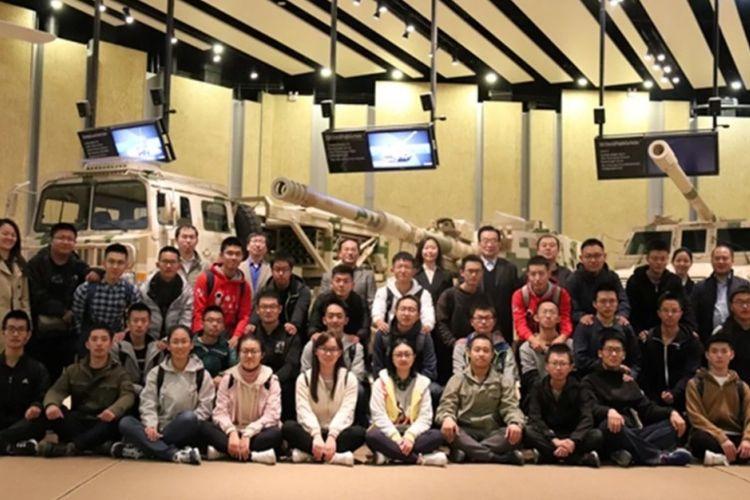 Para siswa terpilih yang direkrut untuk menjalani program senjata AI di Institut Teknologi Beijing.