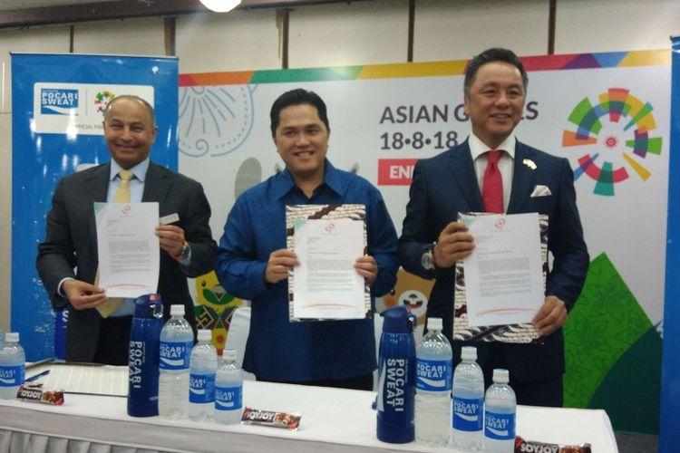 (Kiri-kanan) Direktur Jenderal Olympic Council of Asia (OCA) Husain Al Musallam, Ketua INASGOC Eric Thohir, dan Presiden Direktur PT Amerta Indah Otsuka Yoshihiro Bando menandatangani kontrak kerja sama Pocari Sweat dan Soy Joy sebagai sponsor resmi Asian Games 2018, di Senanyan Jakarta, Selasa(14/11/2017).