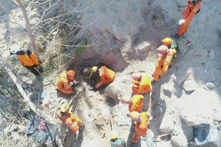 Tim SAR mengevakuasi korban gempa Lombok yang tertimbun longsor.