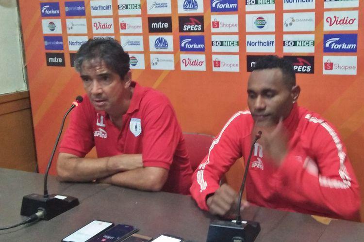 Pelatih Persipura Jayapura Luciano Leandro (kiri) dan Titus Bonai.