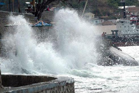 BMKG: Awas Gelombang 5 Meter di Perairan Jabar, 4 Meter di Selat Bali-Lombok
