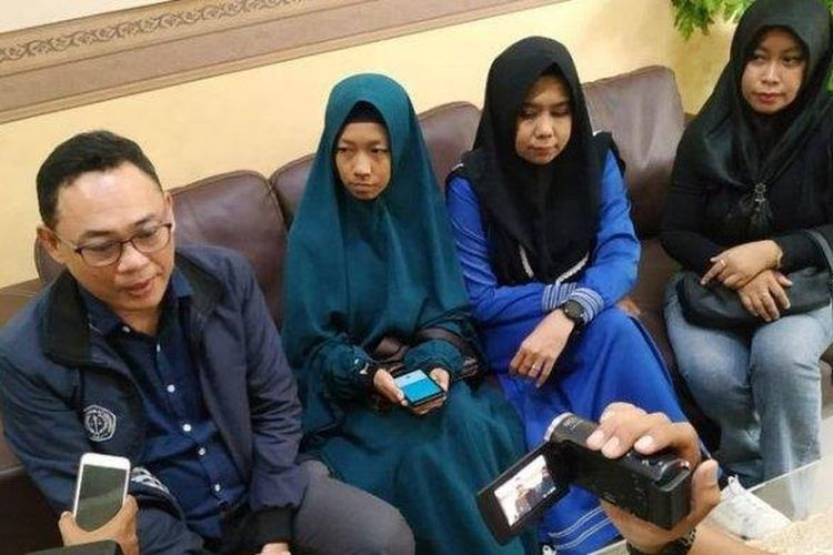 Deni Aminuddin (kiri) bersama para wali tersangka usai membuat laporan di Polda Kalbar, Sabtu (13/4/2019)