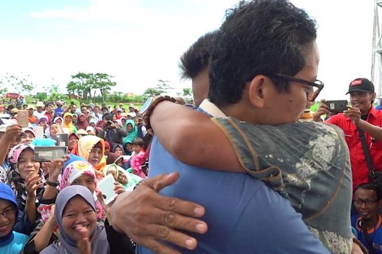 Salah seorang petani memeluk Calon Wakil Presiden nomor urut 02 Sandiaga uno di Desa Krasak, Brebes, Jawa Tengah, Senin (11/2/2019).