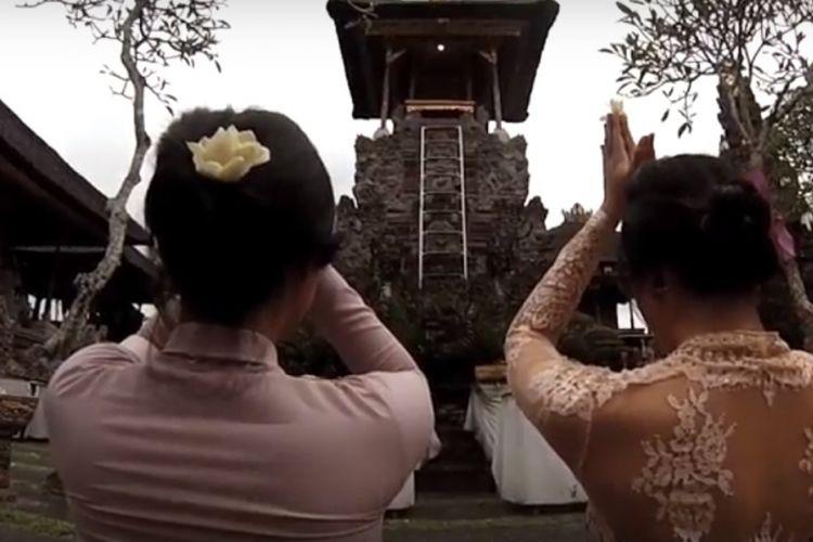 Bali kaya dengan berbagai seni dan tradisi lokal. Menjalankan tradisi budaya dan seni melalui berbagai upacara yang selalu ada hampir setiap hari.