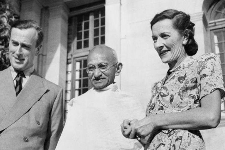 Mahatma Gandhi diapit raja muda Inggris untuk India Lord Louis Mountbatten dan istrinya, Edwina. Foto diambil pada 1947.