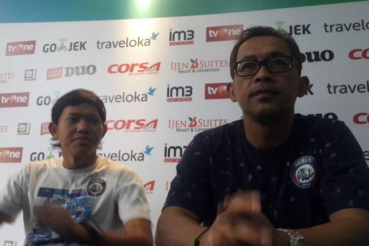 Pelatih Arema FC Aji Santoso saat konferensi pers jelang lawan Persipura Jayapura di Kantor Arema FC Minggu (15/7/2017)