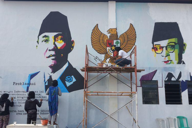 Sejumlah pelukis saat melukis sosok Bung Karno dan Bung Hatta di Kampung Pelangi, RW 9 Kelurahan Merjosari, Kota Malang, Sabtu (12/8/2017)