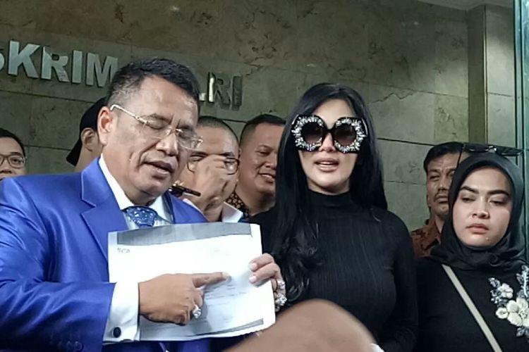 Syahrini bersama Hotman Paris Hutapea dan Aisyahrani usai menjalani pemeriksaan di Bareskrim Mabes Polri, Jalan Merdeka Timur, Jakarta Pusat, Senin (9/10/2017).
