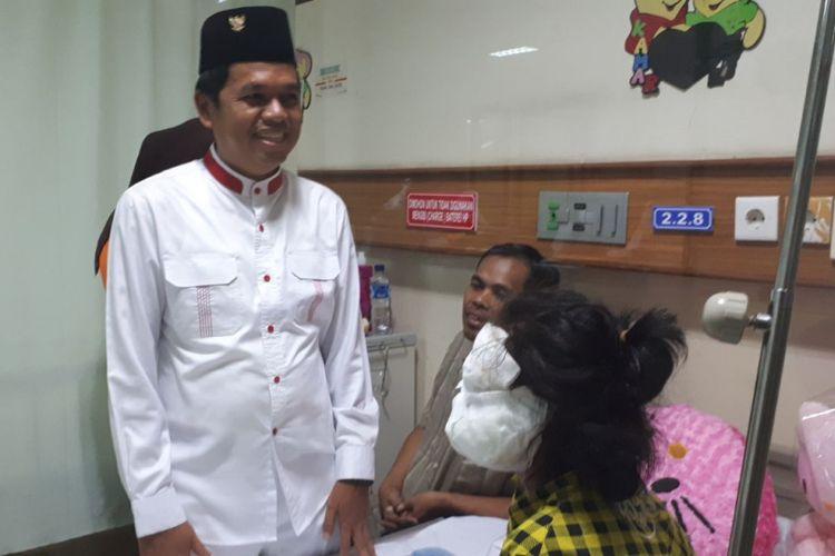Bupati Purwakarta yang juga Ketua Dewan Pimpinan Daerah (DPD) Partai Golkar Jawa Barat Dedi Mulyadi mengunjungi Rachel Heriani (11) bocah yang menderita luka bakar parah akibat tersiram minyak panas yang diketahui dilakukan oleh nenek tirinya, di RSHS Bandung, Jumat (13/10/2017).