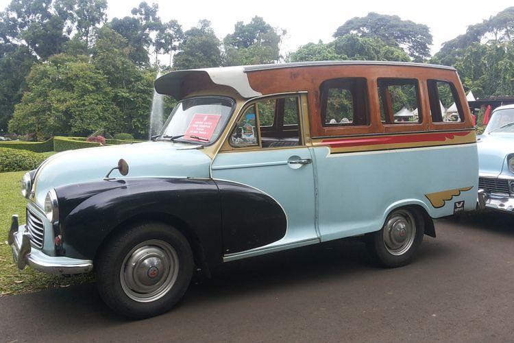 Morris Minor Traveler 100 milik salah seorang anggota Perhimpunan Penggemar Mobil Kuno Indonesia (PPMKI) yang ikut serta dalam konvoi ke Bogor, Minggu (21/1/2018). Morris Minor 100 Traveler adalah mobil yang pernah digunakan sebagai oplet di Jakarta pada era tahun 1950-an.