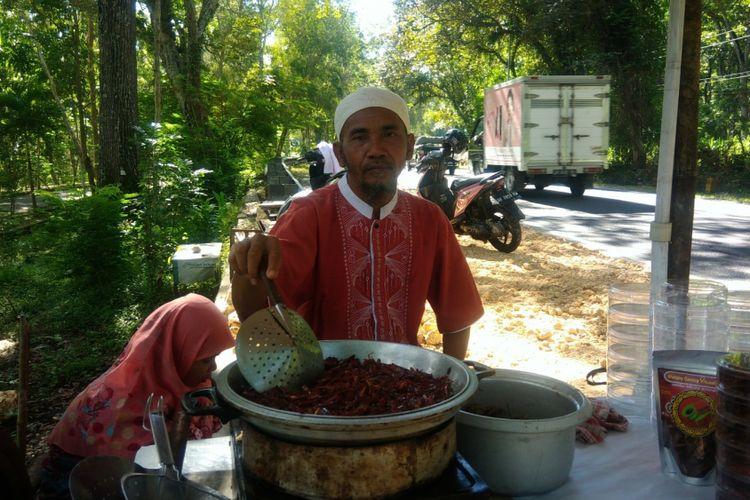Sukir dan Suliani Menjajakan Belalang Goreng di Jalan Yogyakarta-Wonosari tepatnya di Hutan Tleseh, Playen