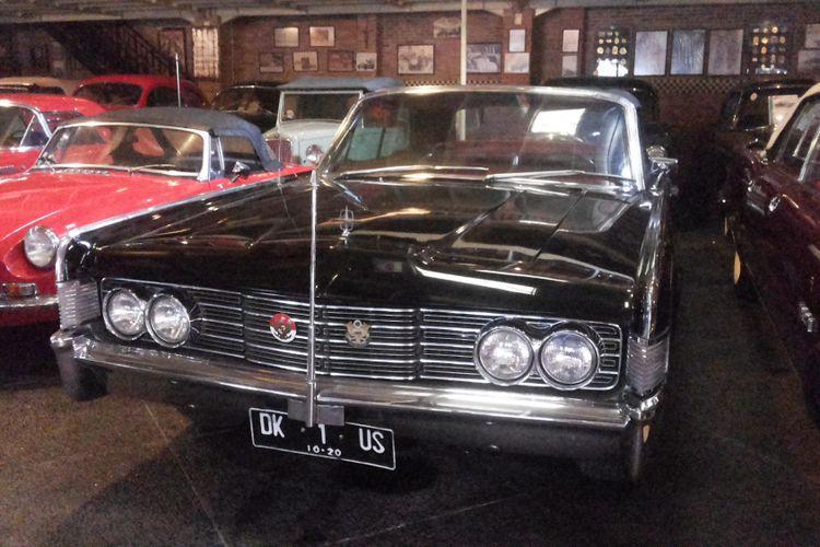 Lincoln Continental yang pernah digunakan Presiden Soekarno sebagai kendaraan dinasnya saat disimpan di Hauwkes Auto Gallery. Kemang, Jakarta Selatan, Senin (12/3/2018).(Kompas.com/Alsadad Rudi)