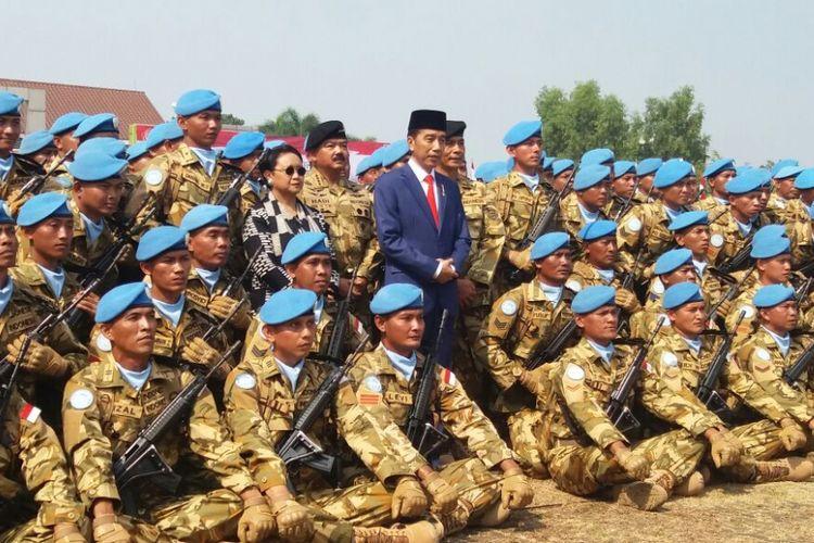 Presiden Joko Widodo berfoto bersama personel TNI yang akan menjadi pasukan perdamaian PBB di Kongo dan Lebanon.