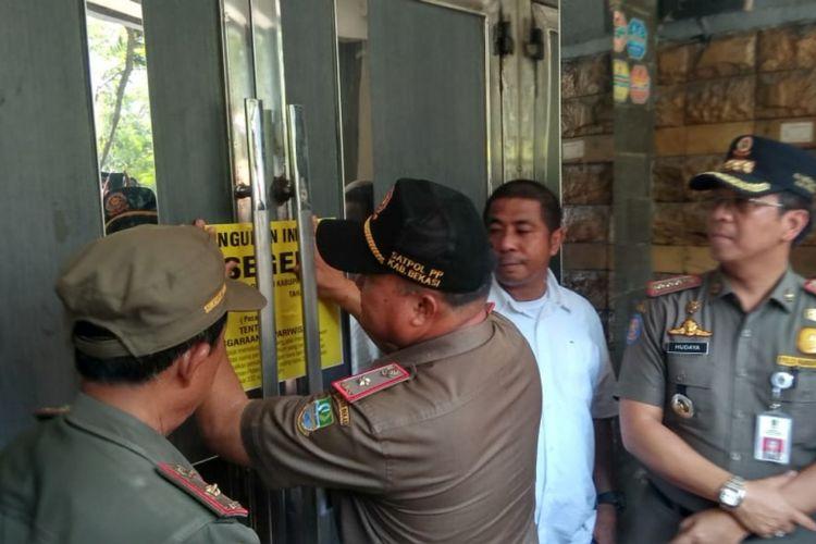 Satpol PP Kabupaten Bekasi saat segel salah satu tempat hiburan malam di Bekasi, Kamis (11/10/2018).