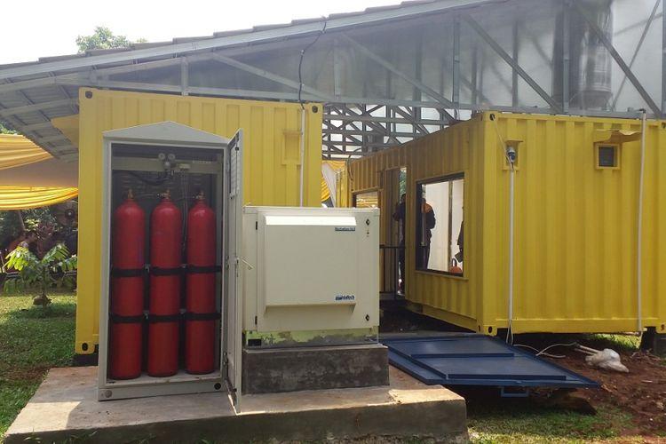 Rumah kontainer dual power tampak dari samping.