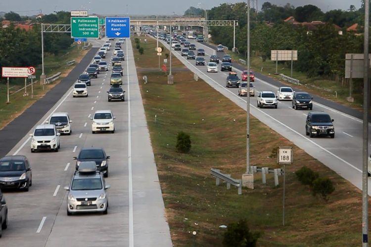 Sejumlah kendaraan arus balik melintas ruas Tol Cipali kilometer 188 di jalur Jakarta menuju Jawa Tengah Rabu petang (20/6/2018).