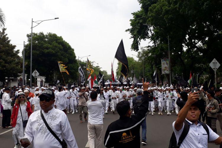 Tampak massa aksi 211 bersiap berjalan kaki menuju Istana Negara, Jakarta Pusat, Jumat (2/11/2018).