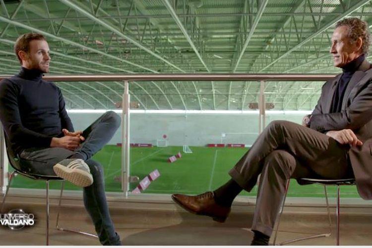 Pemain Manchester United, Juan Mata (kiri), berbincang dengan Jorge Valdano pada acara televisi Universo Valdano.
