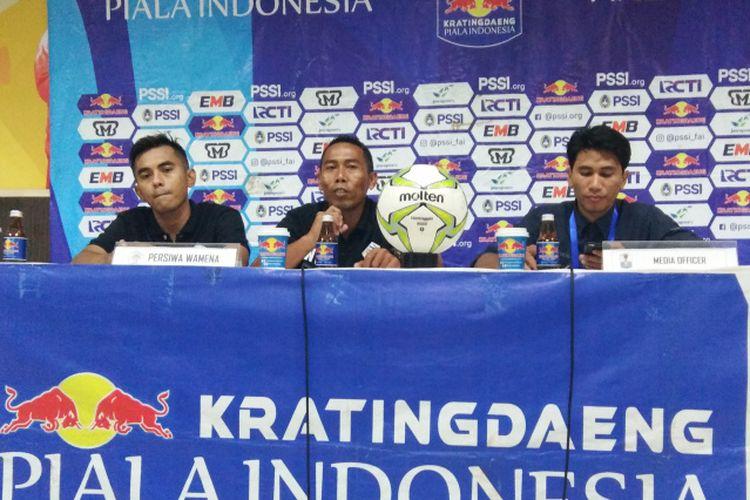 Pelatih Persiwa Wamena Winaryo dan pemain Persiwa Abdul Gofur saat hadir dalam sesi konferensi pers usai laga kontra Persib di Stadion Si Jalak Harupat, Kabupaten Bandung, Senin (11/2/2019).